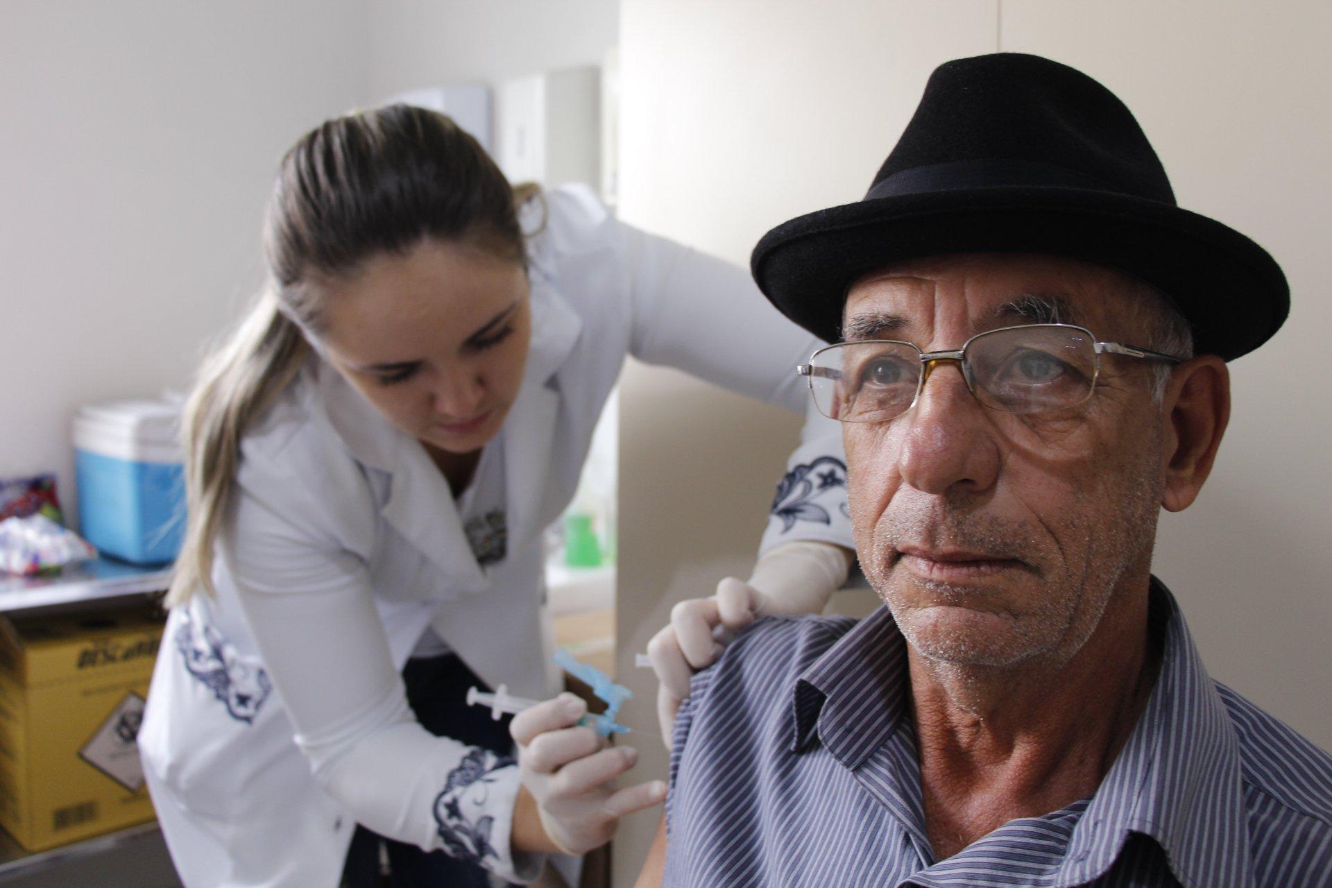 Saúde anuncia esquema de vacinação contra a gripe. Na primeira etapa,  idosos serão vacinados à domicílio